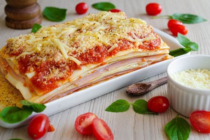 Lasagna Presunto e Mussarela ao Pomodoro e Branco