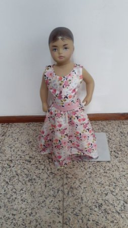 Vestido de festa tecido plano estampa flores com brilho na faixa e laço atrás