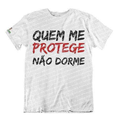 Camiseta Quem Me Protege Não Dorme