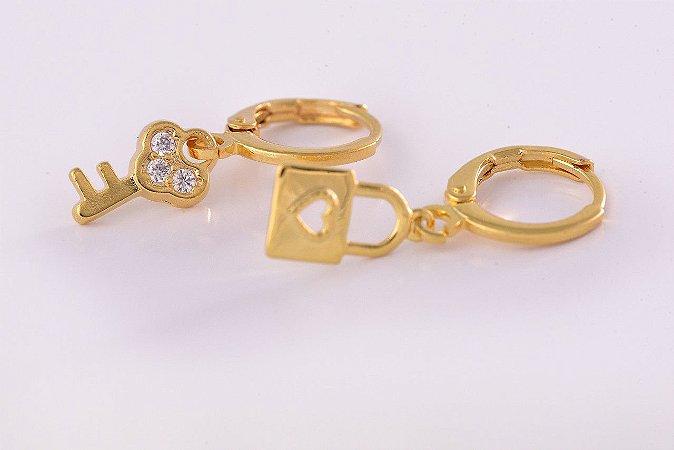 Brinco Duo Argolinha Chave e Cadeado Folheado em Ouro 18k