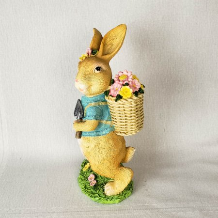 Coelha de resina trabalhando no jardim - 21cm