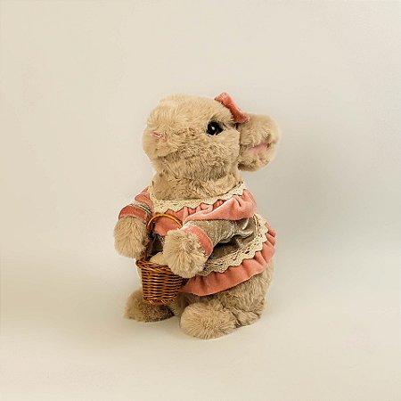 Coelho de pelúcia c/ vestido e cestinha 22cm
