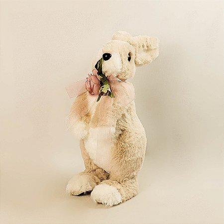 Coelho de pelúcia com laço e rosas 28cm