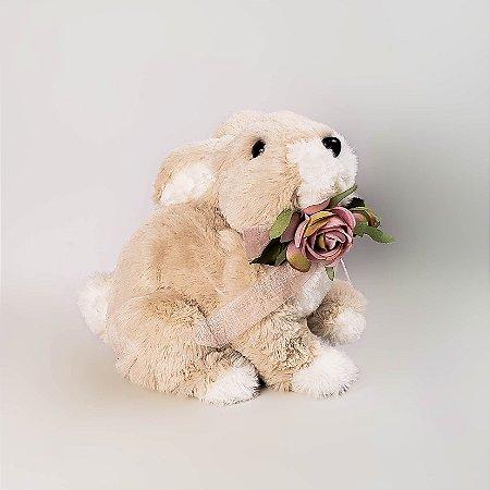 Coelho de pelúcia com laço e rosas 18cm
