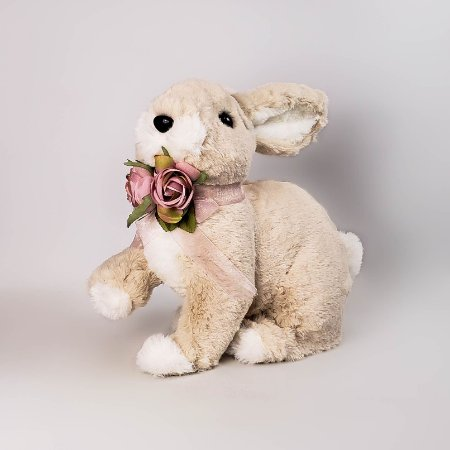 Coelho de pelúcia com laço e rosas 24cm