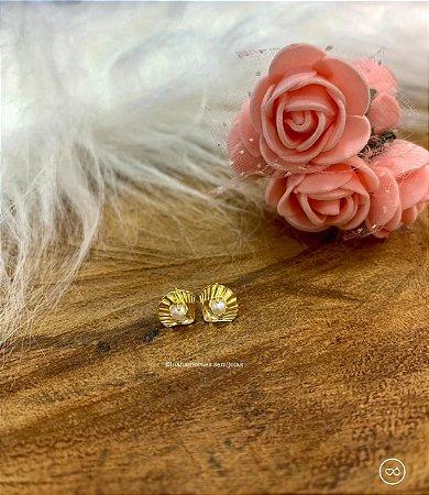 Brinco pequeno conchinha com pérolas dourado