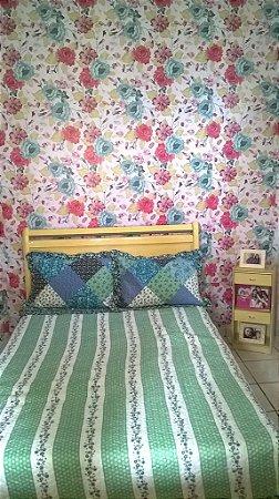 Papel de parede floral com flores rosas e verdes