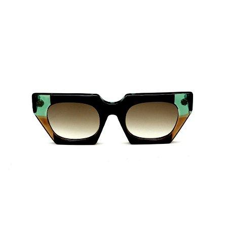 Óculos de Sol Gustavo Eyewear G137 10. Cor: Preto, verde e caramelo translúcido. Haste preta. Lentes marrom.