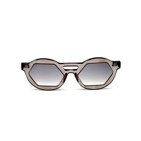 Óculos de Sol Gustavo Eyewear G134 6. Cor: Fumê translúcido. Haste preta. Lentes cinza.