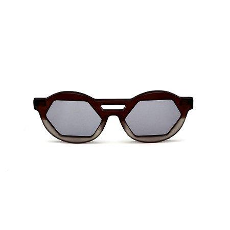 Óculos de Sol Gustavo Eyewear G134 8. Cor: Marrom e fumê fosco. Haste preta. Lentes cinza.