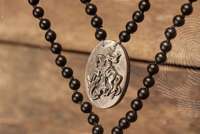 ESCAPULÁRIO - São Jorge com esferas em Ágatas negras c/ medalhas esculpidas em madrepérolas.