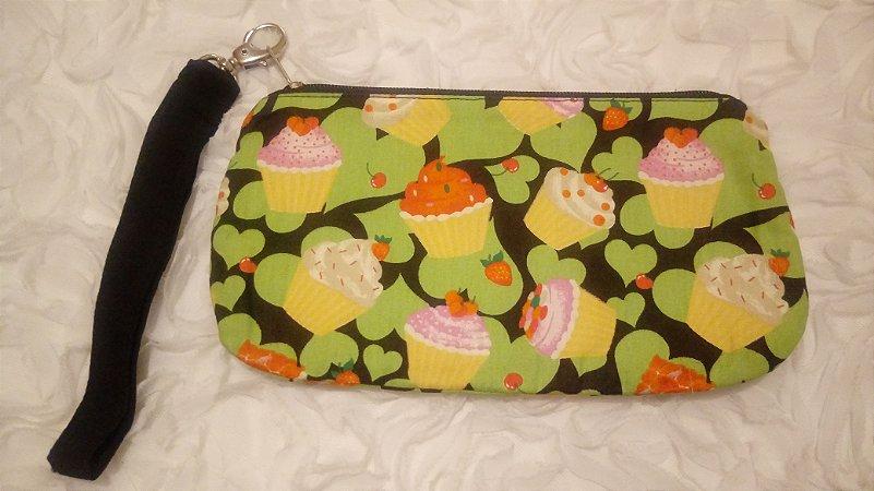 Bolsa de punho em tecido com estampa de cupcake