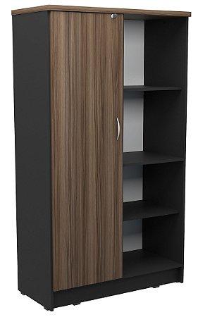 Armário alto para escritório com uma porta e nicho, contém prateleiras internas
