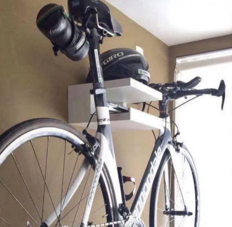 Suporte de Bike e capacetes fabricados em MDP com acabamento branco fosco 25mm de espessura