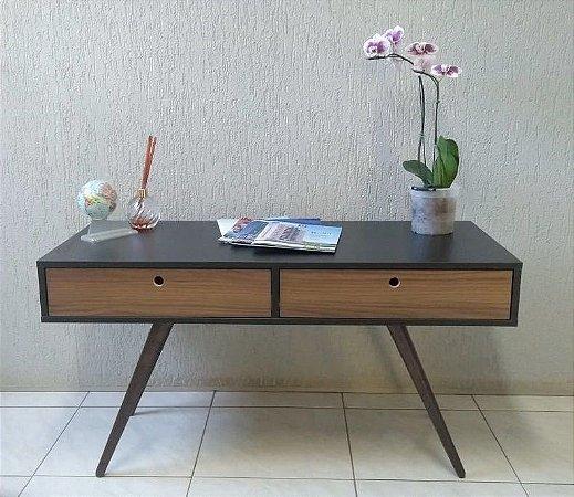 Mesa de apoio com duas gavetas, possui pés angulares em madeira