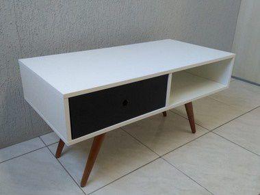 Mesa de apoio com uma gaveta, possui pés angulares em madeira