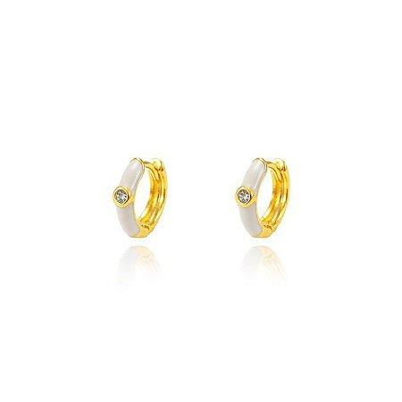 Brinco Argola Resina Branca P e Zircônia Central Folheado Ouro Amarelo 18K