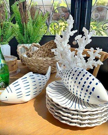 Travessa de Cerâmica com Formato e Desenho de Concha do Mar branco e azul