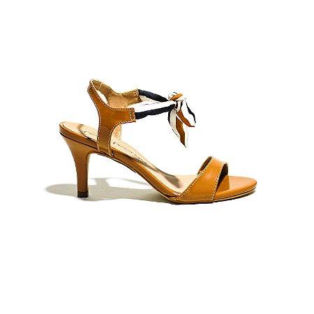 Sandália em Verniz com Tiras de Tecido Formando um Laço