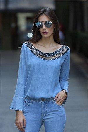 blusa jeans com bordado no decote em pedras