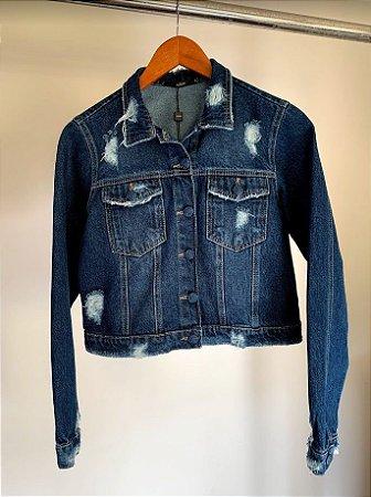 jaqueta jeans botao encapado com puidos