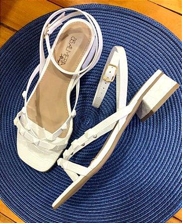 Sandália spikes salto baixo croco branco