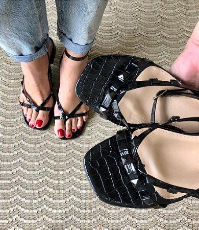 Sandália spikes salto baixo croco preto