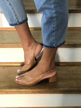 Sandália bege de couro