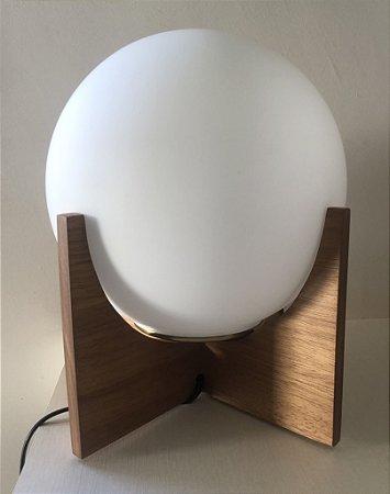 Luminária com pé em madeira