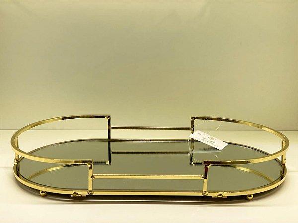 Bandeja de metal dourada com fundo espelhado