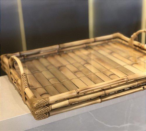 Bandeja retangular com alça bambu ( vidro no fundo)