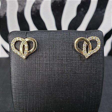 Brinco em forma de coração cravejado com microzirconias  e banhado em ouro 18k