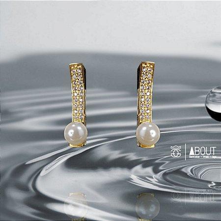 Brinco de pérola cravejado com microzirconias em toda sua extensão e banhado em ouro 18k