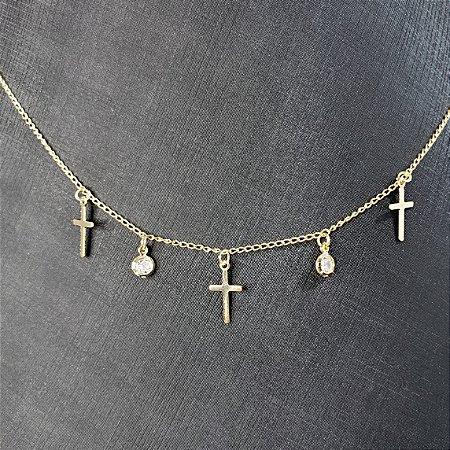 Colar com pequenos detalhes em forma de cruz e pequenas zirconias banhado em ouro 18k