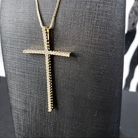 Colar com pingente em forma de cruz banhado em ouro 18k e cravejado em toda sua extensão