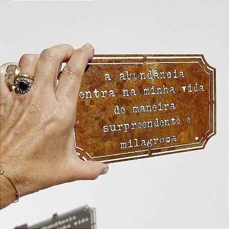 Placa Etiqueta de Ferro - A abundância  entra na minha vida de maneira surpreendente e milagrosa.