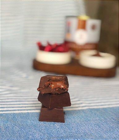 "Bombom Fit Chocolate Meio Amargo (54%) com recheio ""tipo Nutella"" (Vegano) 200g (lata com 10 unidades)"