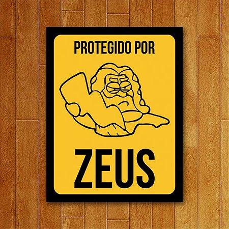 Placa Decorativa Protegido por Zeus - Um Sábado Qualquer