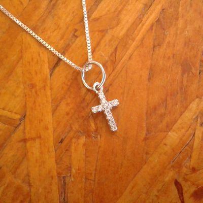 Colar pingente cruz cravejado