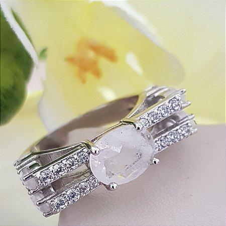 Anel com quartzo branco e zircônias.