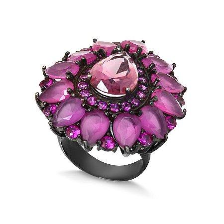 Anel flor com banho em ródio negro e zircônias rubi