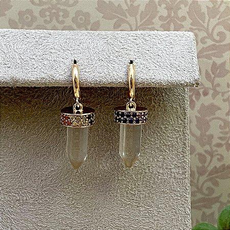 Brinco Argolinha com Pingente em forma de Cristal com Zircônias Multicoloridas Semijoia Ouro