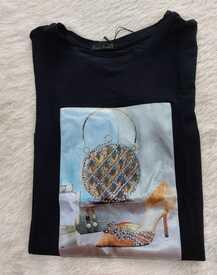 Camiseta em malha de luxo com estampa acetinada 3D e bordada. Preta