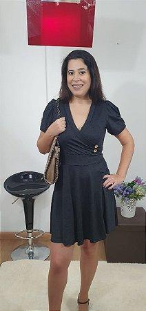 Vestido em malha lese decote V, botões decorativos.