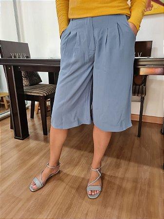 Calça bermuda pantacourt com bolso e cinto, em tecido air flow. Na cor azul jeans