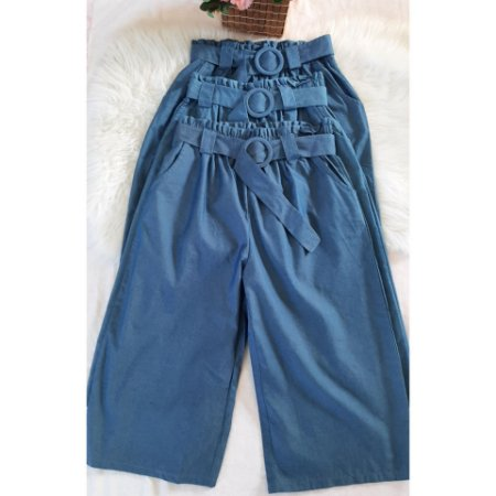 Pantacourt em jeans, acompanha cintinho