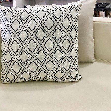 Almofada branca com detalhes no preto - 50X50