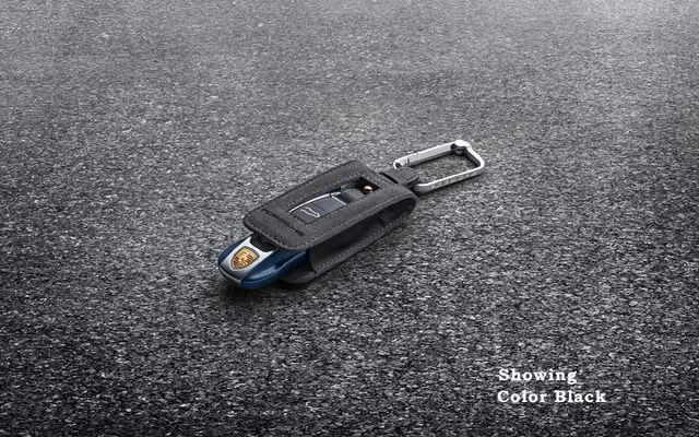 Porta-chaves de Alcântara com logotipo Porsche. Costura Branca