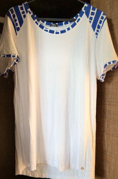 Camiseta Branca com Detalhes em Azul