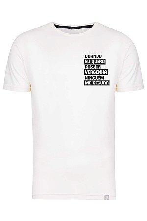 Camiseta Quando Eu Quero Passar Vergonha Ninguém Me Segura